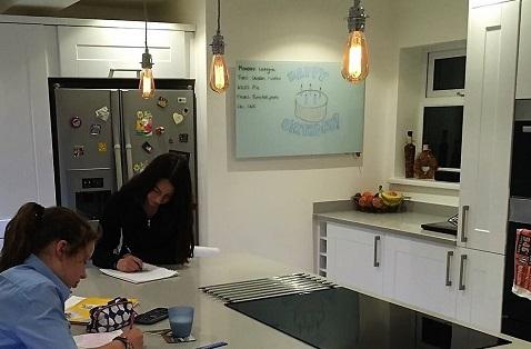 El panel de vidrio Herschel agrega calidez y una función innovadora a una cocina moderna